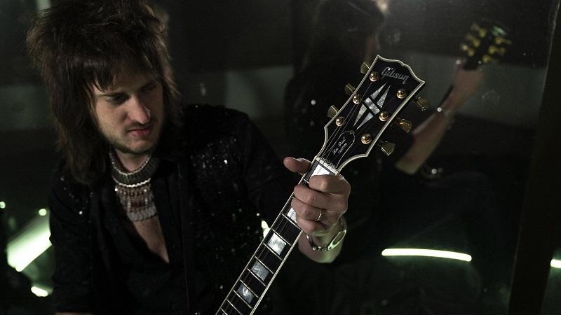 Pil Del Villar - Pil Del Villar tocando la guitarra.