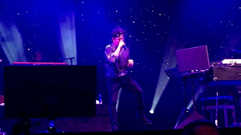 Andrés Calamaro - Calamaro cantando en vivo.