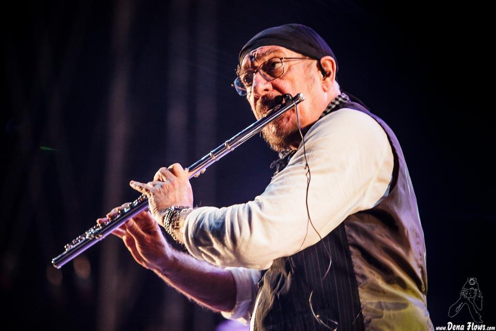 Jethro Tull - Ian Anderson tocando la flauta.